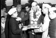 صورة طالب هندي يقدم لوحة الى الرئيس شكري القوتلي 1957