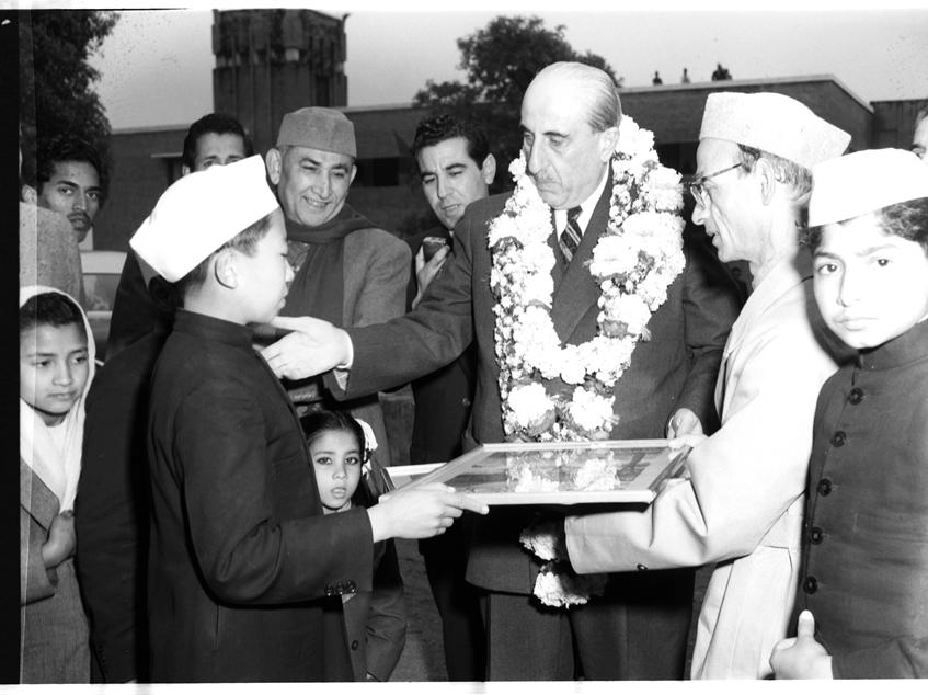 طالب هندي يقدم لوحة الى الرئيس شكري القوتلي 1957