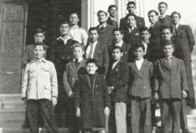 صورة مجموعة من التلامذة الشركس في مدرسة التجهيز الأولى بدمشق 1946