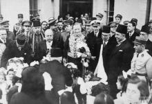 صورة الجنرال سبيرز يقدم أوراق اعتماده الى الشيخ تاج الدين الحسني 1942