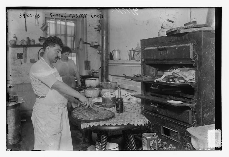 رجل سوري وزوجته في محل حلويات بالحي السوري في نيويورك بين 1920 - 1930