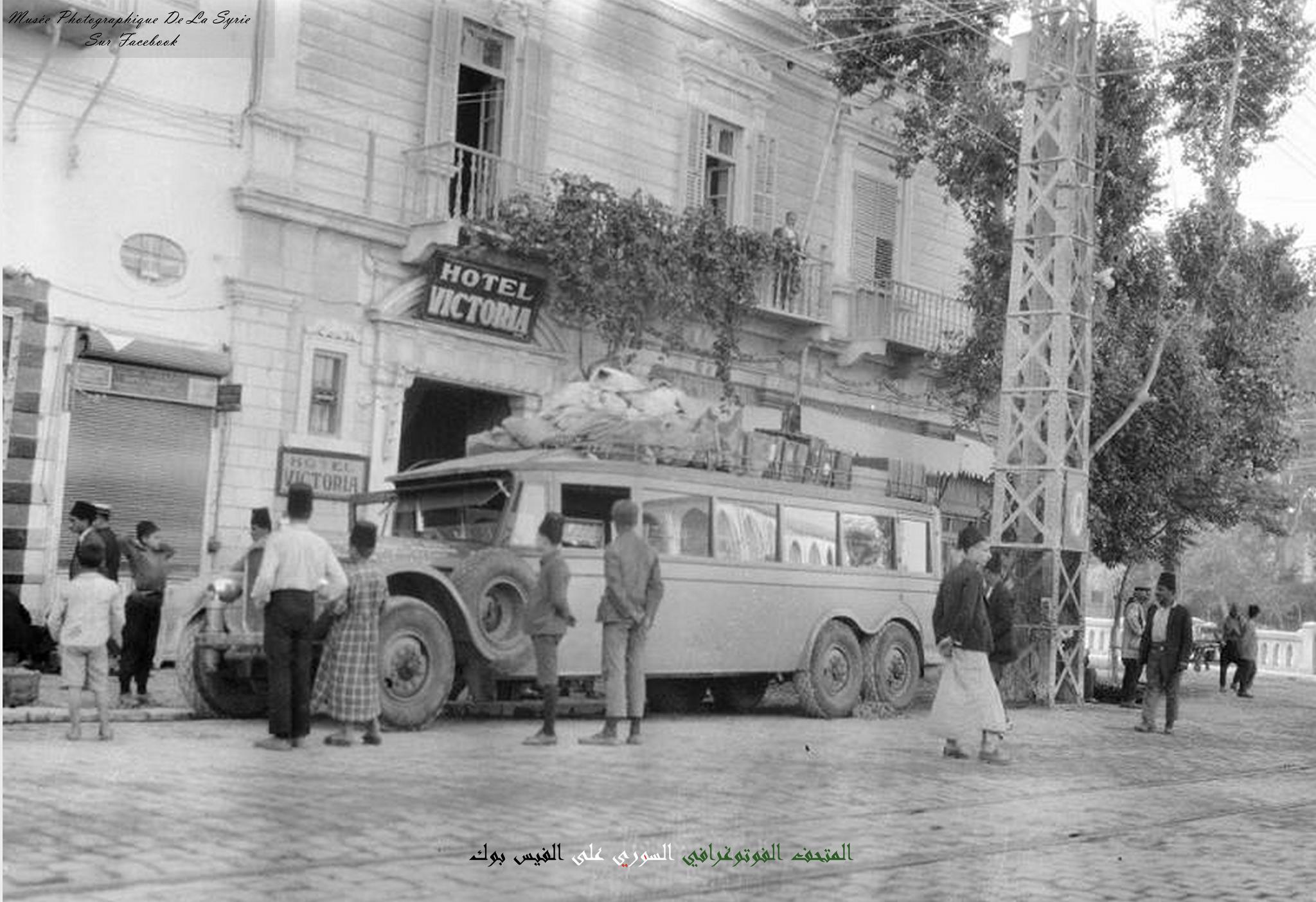 دمشق : باص لشركة نيرن يستعد لنقل الركاب الى بغداد أمام فندق فكتوريا