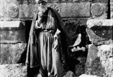 صورة رجل مسن في قرية سرجيلا الأثرية في جبل الزاوية عام 1900