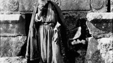 رجل مسن في قرية سرجيلا الأثرية في جبل الزاوية عام 1900