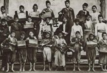 صورة دمشق عام 1929: مجموعة من الأطفال البويجة (ماسحي الأحذية) مع عدة الشغل