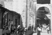 صورة دمشق:  مدخل سوق الحميدية من ناحية المسجد الأموي عام 1950