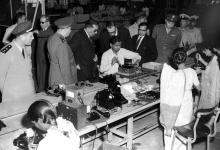 صورة صلاح الدين البيطار في زيارة أحد المصانع في الهند 1957