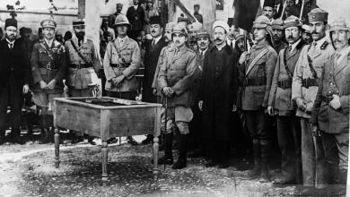 دمشق1920 -ضباط  من الجيش العربي يؤدون القسم امام الأمير زيد بحضور الانكليز