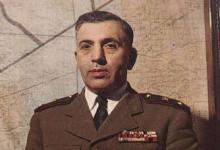 صورة أديب الشيشكلي يغلق المجلس البريطاني في دمشق 1952