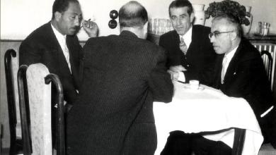 صورة أكرم الحوراني وأنور السادات في دمشق 1957