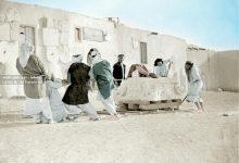 صورة رجال من تدمر يقومون بنقل حجر أثري سنة 1925