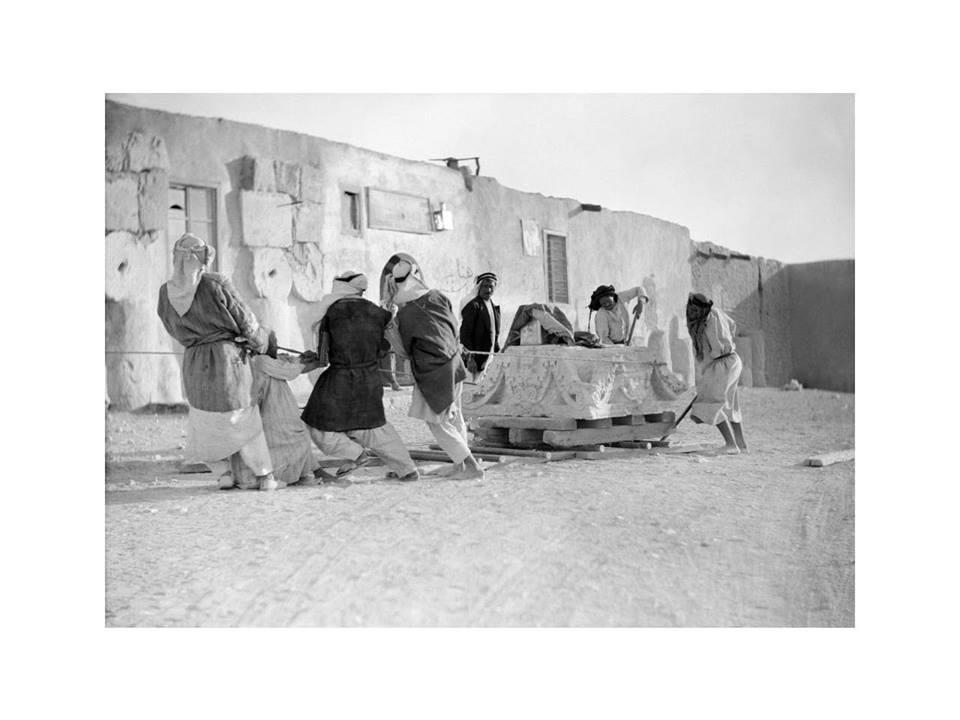 رجال من تدمر يقومون بنقل حجر أثري سنة 1925