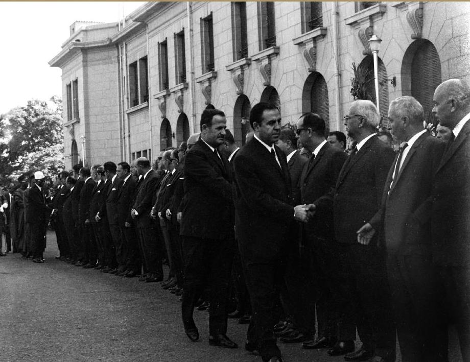 نور الدين الأتاسي وحافظ الأسد يشاركان في جنازة جمال عبد الناصر