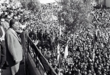 صورة جمال عبد الناصر يلقي كلمة من شرفة منزل ميزر المدلول في القامشلي