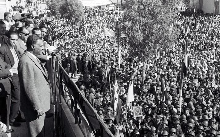 جمال عبد الناصر يلقي كلمة من شرفة منزل ميزر المدلول في القامشلي
