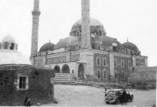 صورة حمص 1940 : جامع خالد بن الوليد وإلى جانبه حمام الملك الظاهر بيبرس (حمام سيدي خالد)