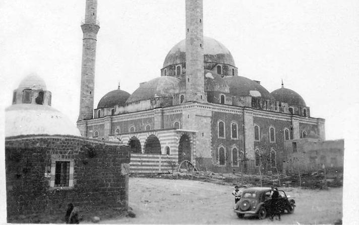 حمص 1940 : جامع خالد بن الوليد وإلى جانبه حمام الملك الظاهر بيبرس (حمام سيدي خالد)