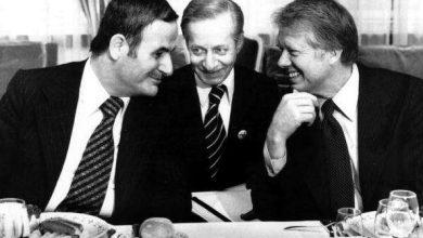 جنيف 1977: جيمي كارتر (يمين) مع حافظ الأسد (يسار)