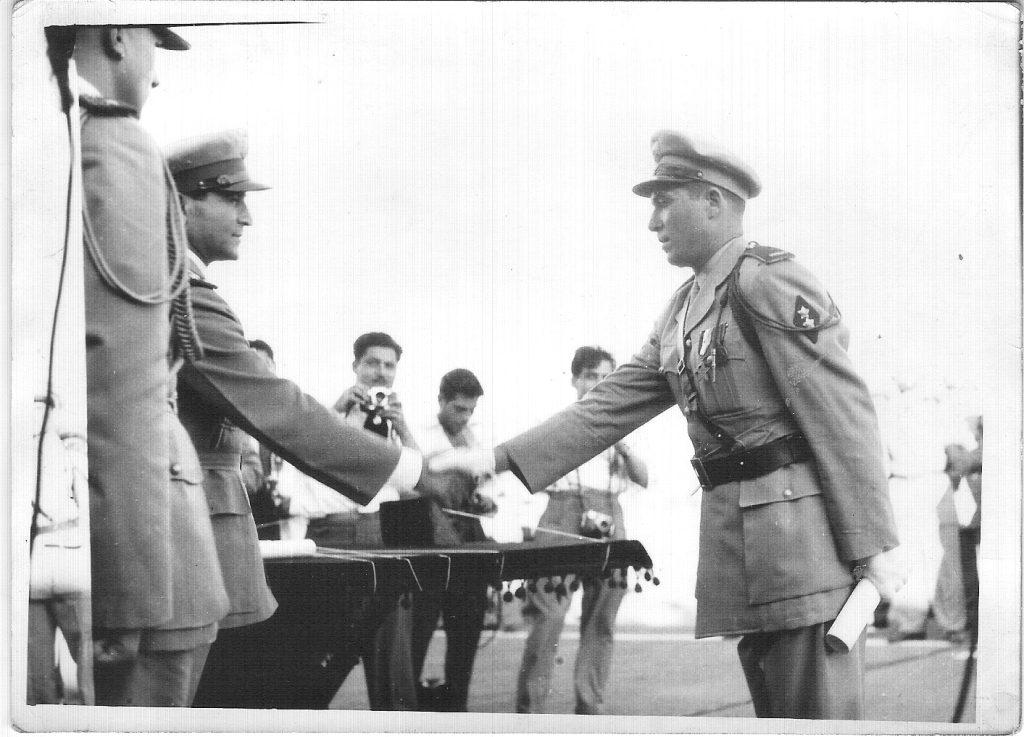 يحيى حياتي الغزي في حفل تخرج دورة الكلية الحربية عام 1954