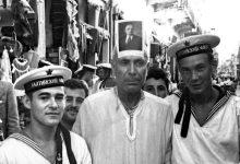 صورة اللاذقية 1957.. بحارة روس من الطراد جدانوف مع أحد السكان المحليين …