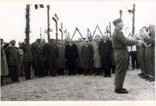 صورة اللاذقية 1961 – المحافظ عدنان الخطيب يقوم بزيارة أحد معسكرات الجيش