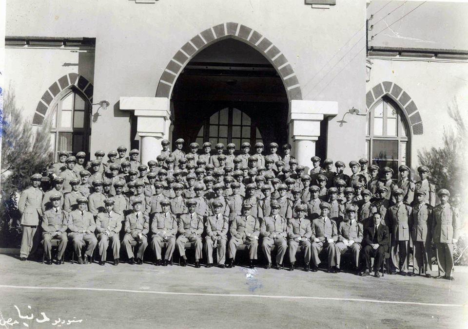 دورة الكلية العسكرية عام 1952 أمام مبنى قيادة الكلية بحمص - دورة إحسان كم الماظ