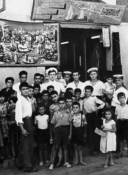 اللاذقية 1957 .. شارع هنانو .مجموعة من الاولاد مع بحارة روس من الطراد جدانوف