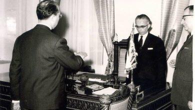 صورة عدنان الخطيب .. محافظ اللاذقية الجديد يؤدي القسم أمام رئيس الجمهورية عام 1961