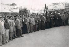 صورة مسيرةٌ في اللاذقـيَّة تضامناً مع نضال الشعب الجزائريّ 1956م