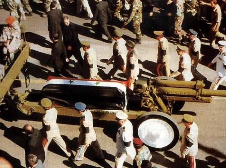 جثمان الرئيس حافظ الأسد على عربة مدفع عسكري