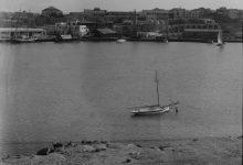 صورة اللاذقية 1936- سفينة شراعية تدخل الميناء ومنظر عام للمرفأ