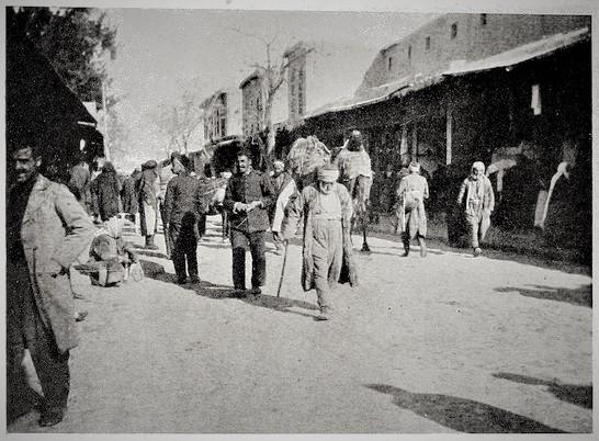 دمشق 1910- سوق الخجا على يمين الصورة