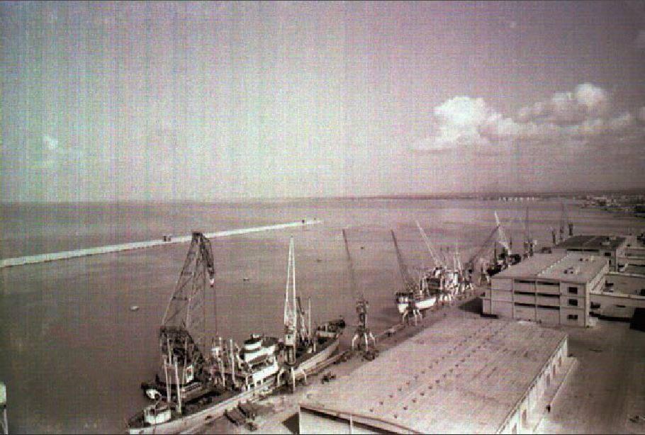 اللاذقية ...المرفأ والرافعة العائمة بعد إنشاء الرصيف والمكسر في نهاية الخمسينيات