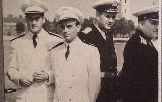 النقيب مصطفى شومان مع أمر القوى البحرية برفقة ضباط سوفييت