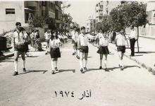 صورة اللاذقية آذار 1974 …مسيرة كشاف .. ويبدو الكازينو في الخلفية
