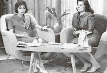صورة عزيزة هارون في ضيافة المذيعة نادية الغزي في الستينيات