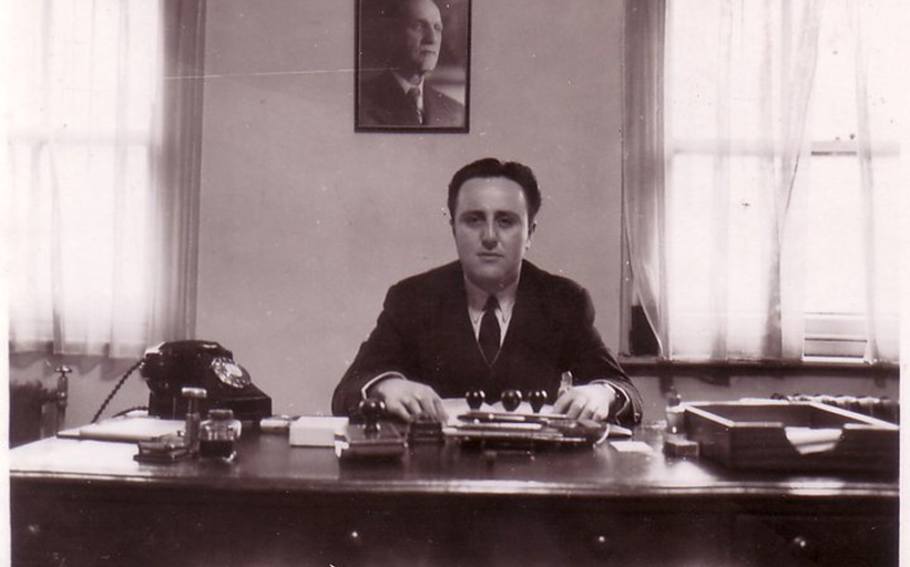 طاهر الأتاسي في مكتبه بالسفارة السورية في لندن 1953