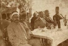 صورة اللاذقية : النائب مجد الدين ازهري والدكتور الأميركي بالف في منزله في الثلاثينات
