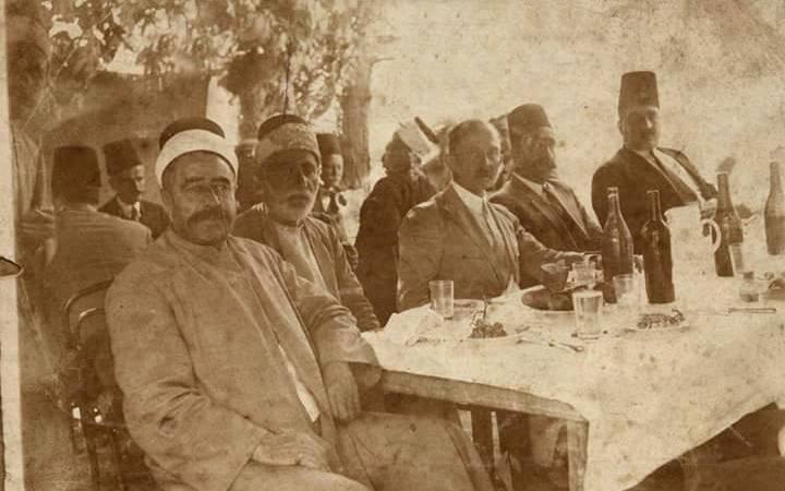 اللاذقية : النائب مجد الدين ازهري والدكتور الأميركي بالف في منزله في الثلاثينات