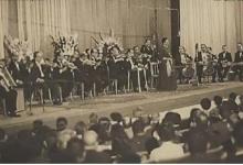 صورة السيدة أم كلثوم  على خشبة مسرح معرض دمشق الدولي عام 1958