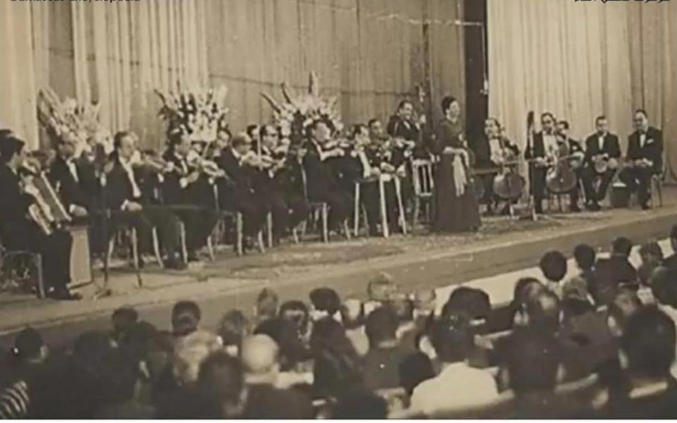السيدة أم كلثوم  على خشبة مسرح معرض دمشق الدولي عام 1958