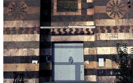 دمشق - واجهة بناء بوابة المدرسة الشاذبكلية قبل الترميم في منتصف الثمانينيات