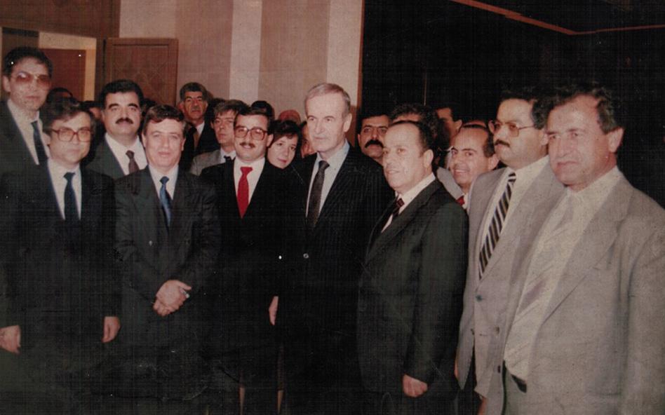 الرئيس حافظ الأسد مع رفيق الحريري في زيارة إلى قصر الشعب عام 1988