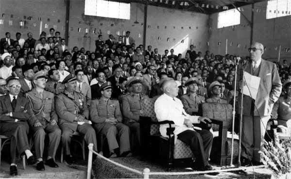 صورة الرئيس شكري القوتلي في حفل تخرج ضباط مدرسة الطيران الحربي عام 1957