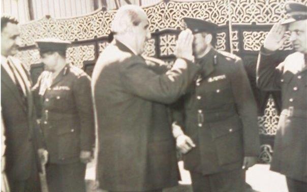 الرئيسين شكري القوتلي وجمال عبد الناصر يحيون الضباط السوريين خلال مراسم إعلان الوحدة