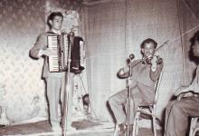 صورة السويداء 1959 – سلمان البدعيش في إحدى الحفلات المدرسية على مسرح ثانوية البنات