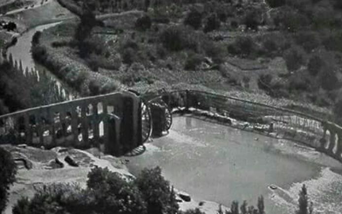 حماة في العشرينيات - صورة جوية لمجموعة الأربع نواعير (البشريتان والعثمانيتان)
