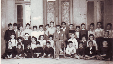 صورة السويداء 1956 – المدرس سلمان البدعيشمع تلاميذه في مدرسة المتنبي الابتدائية