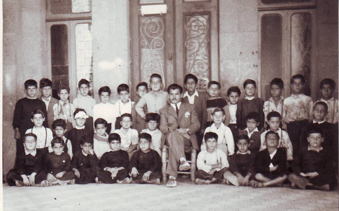 السويداء 1956 - المدرس سلمان البدعيشمع تلاميذه في مدرسة المتنبي الابتدائية
