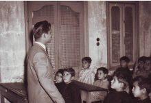 صورة السويداء 1956 – المدرس سلمان البدعيش مع طلابه في مدرسة المتنبي الابتدائية
